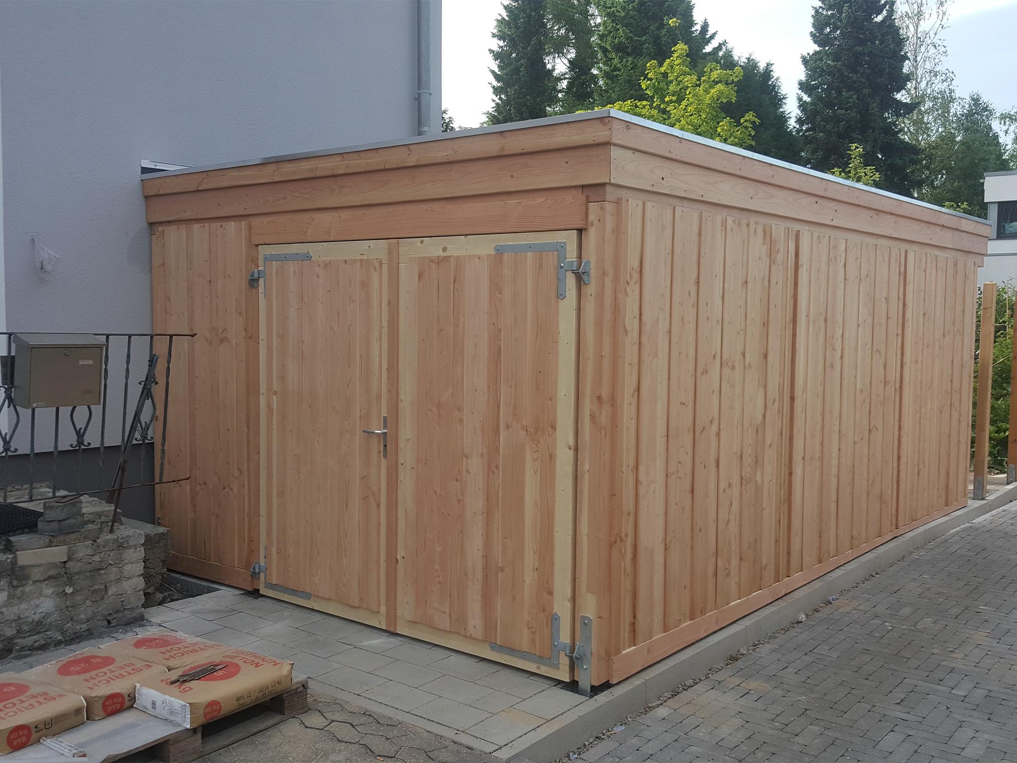 Abstellraum aus Holz mit Doppeltür