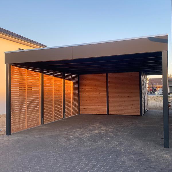 Carport aus Metall mit Abstellraum und Holzwänden