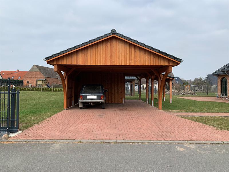 Carport mit Satteldach, Pfanneneindeckung und Schuppen