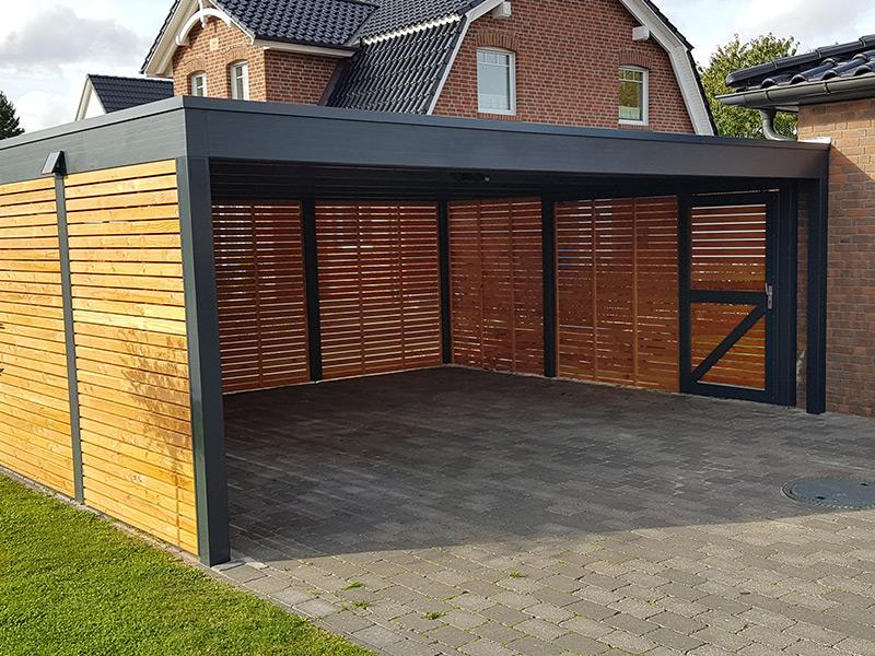 Flachdach-Doppelcarport aus Holz mit Rhombuswänden und Tür
