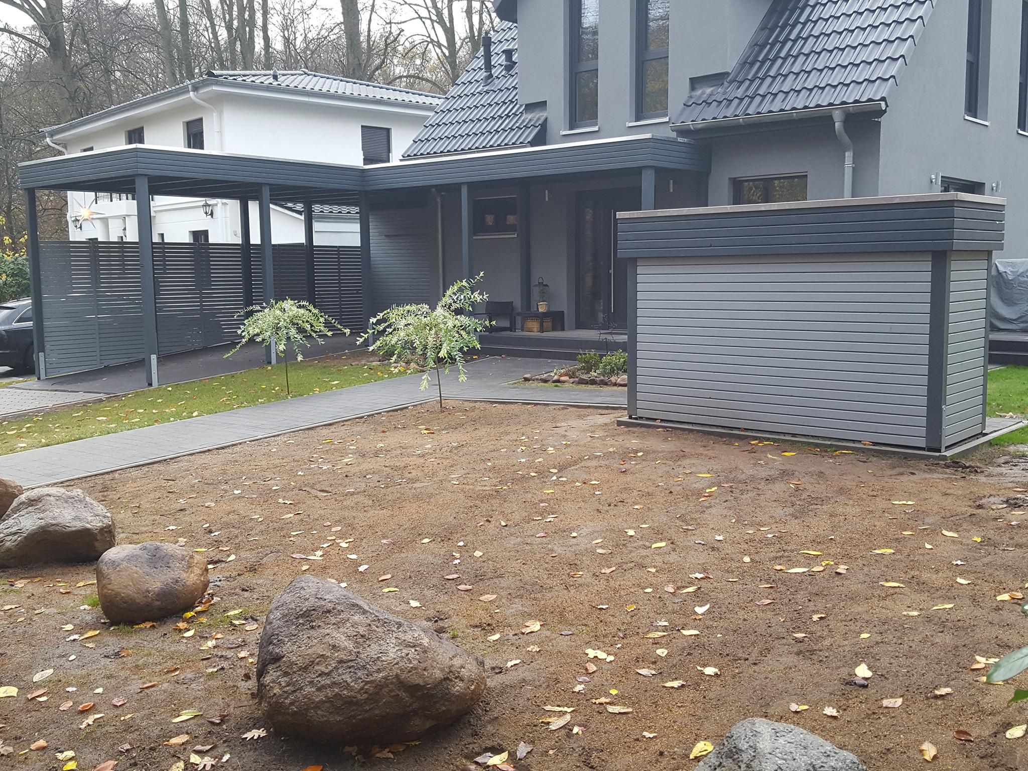 Einzel-Carport mit Hauseingang und Müllbox