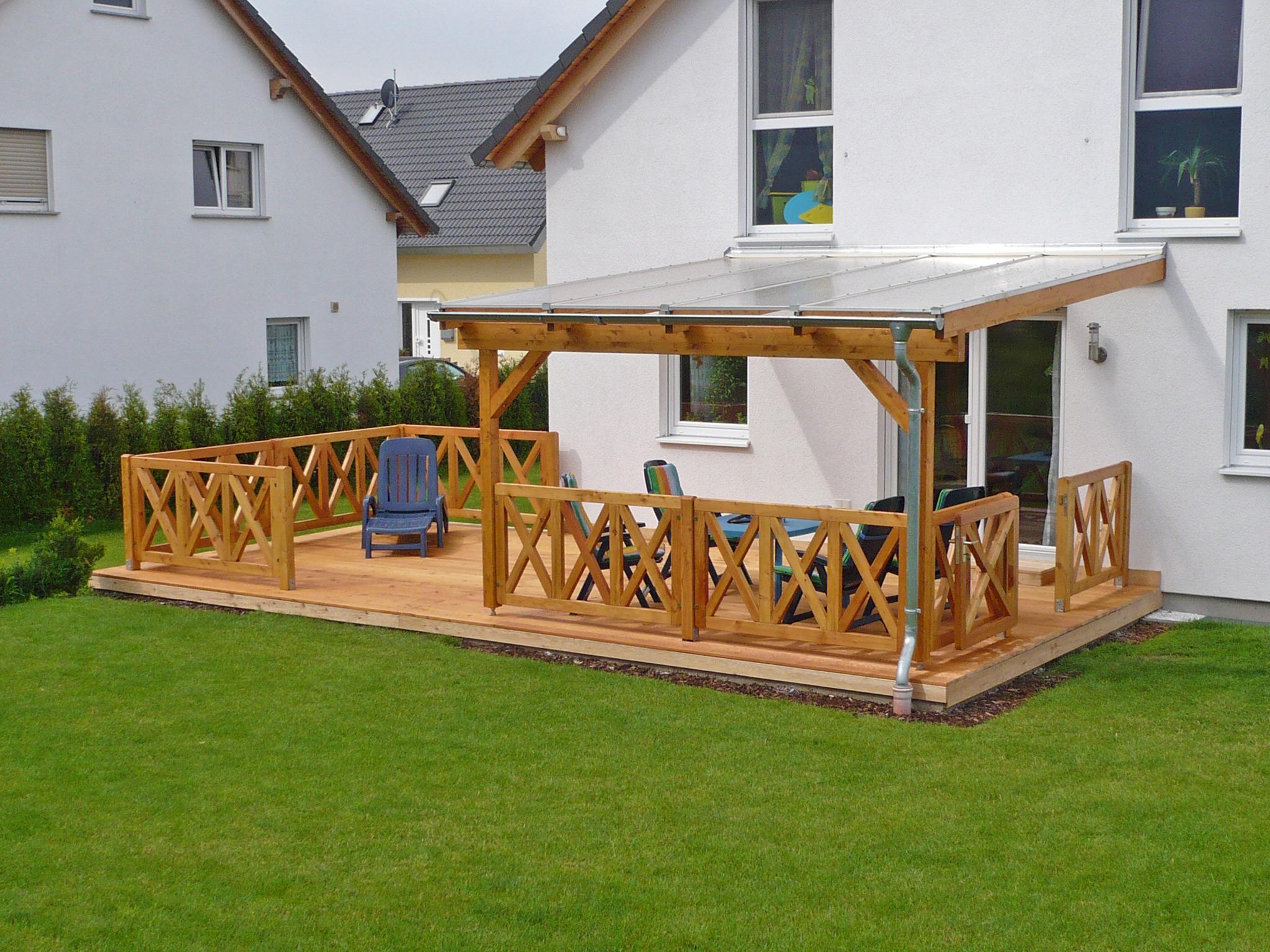 Holzterrasse mit Glasüberdachung
