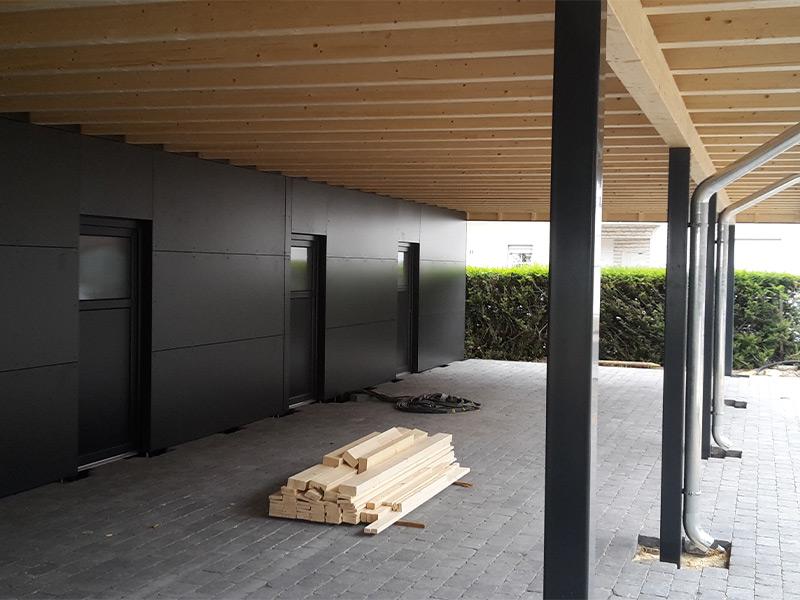 Reihenanlage mit Abstellraum und HPL-Wänden