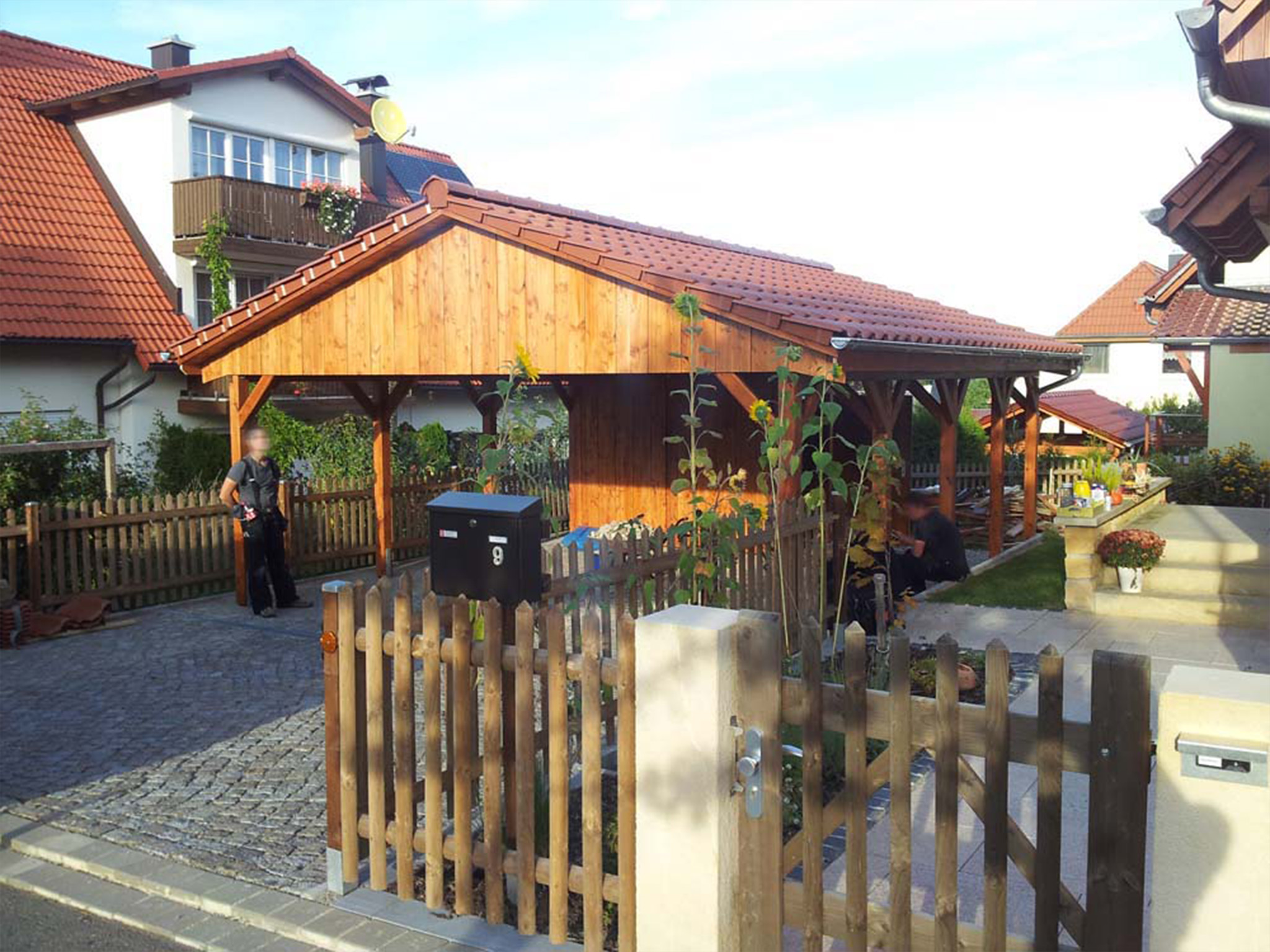 Satteldachcarport mit roten Pfannen und geöltem Holz