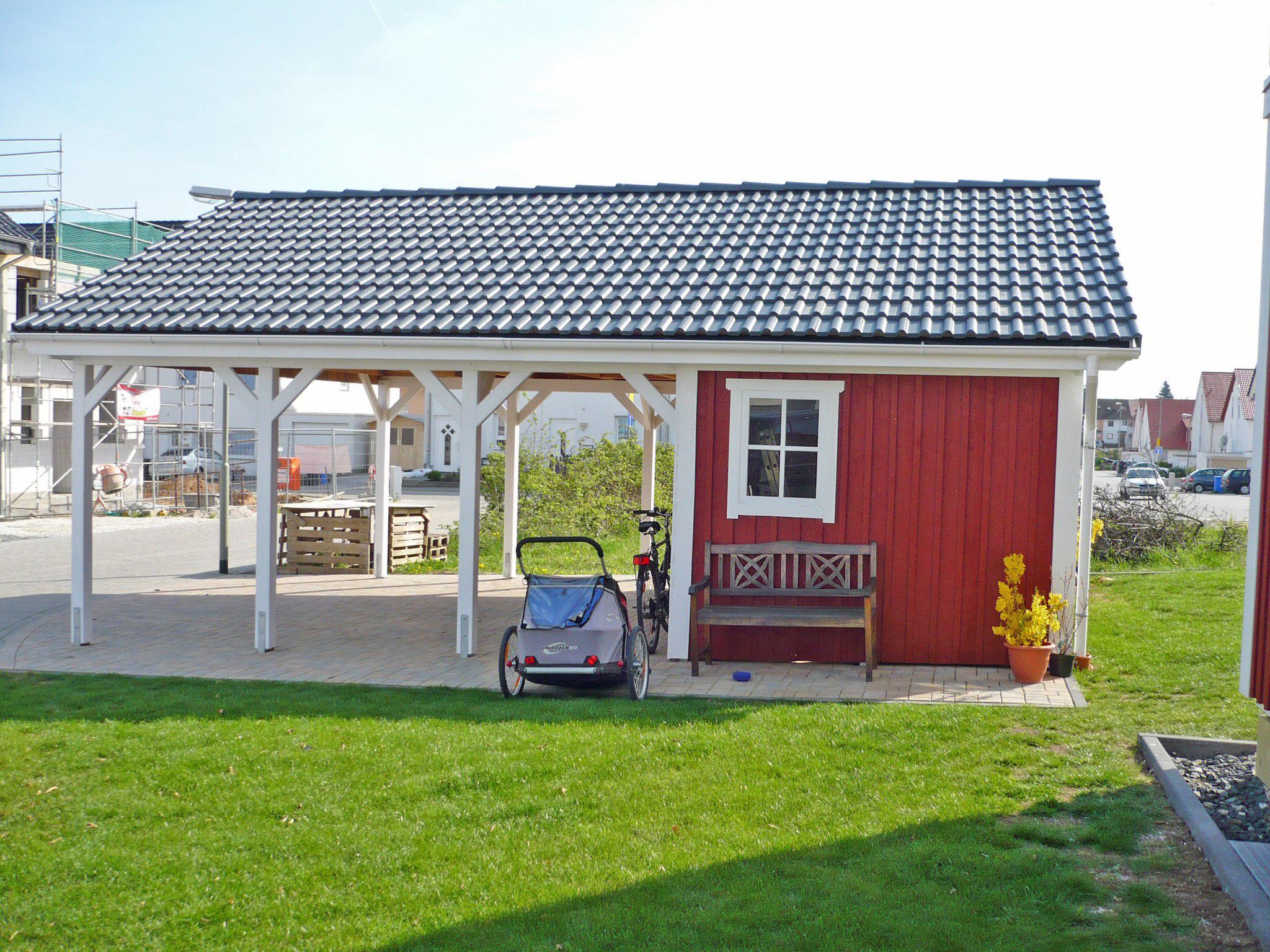 Satteldach-Carport aus Holz mit Pfanneneindeckung und Geräteschuppen