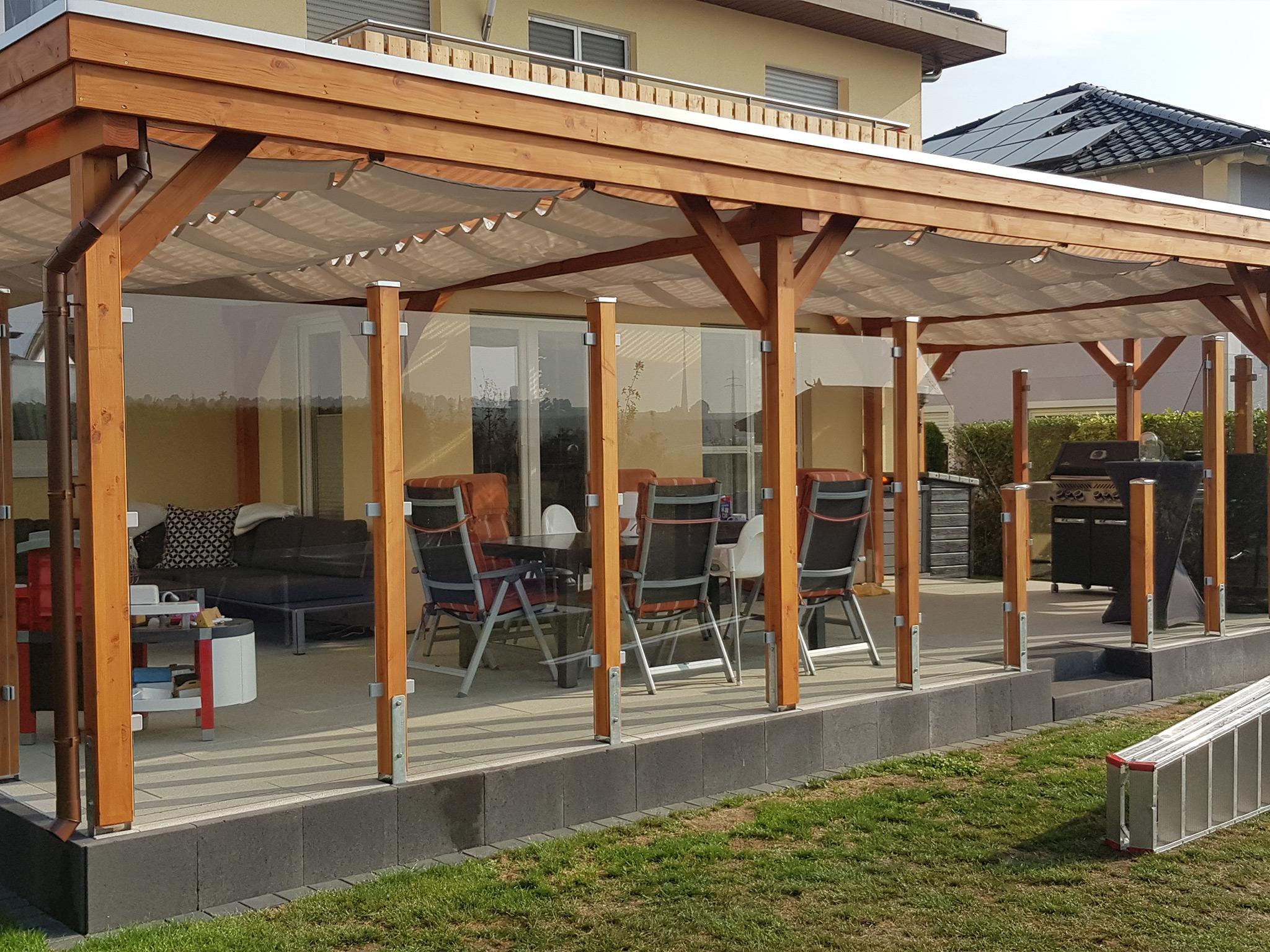 Terrassenüberdachung aus Holz mit Glassichtschutz