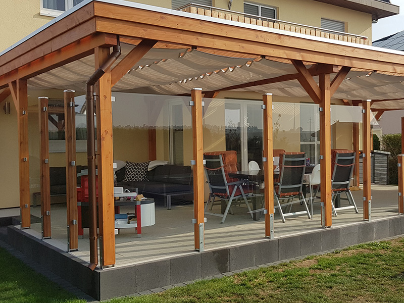 Terrassenüberdachung mit Glassichtschutz