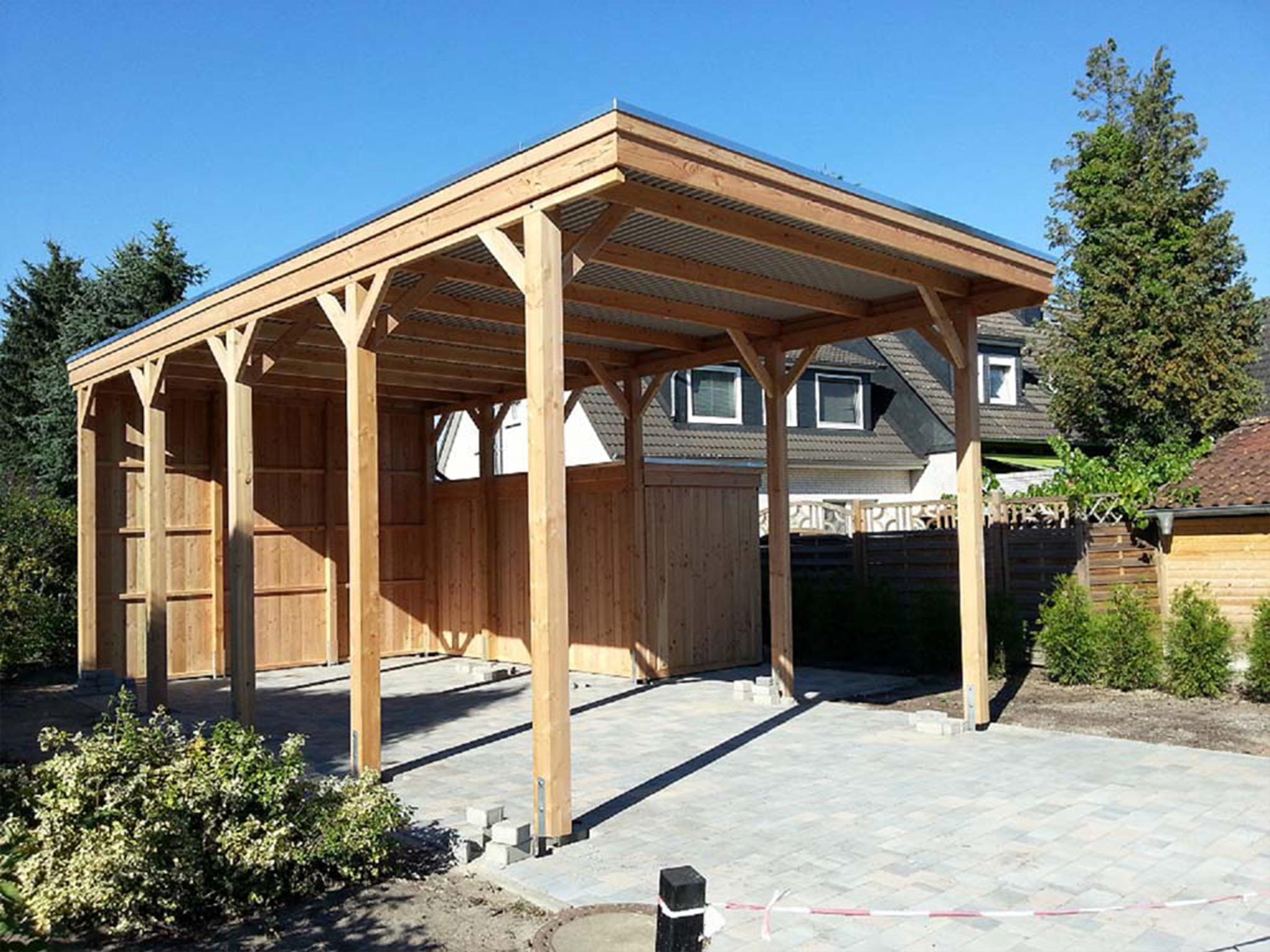 Wohnmobil-Carport mit Holzblende, Rückwand und seitlich Schuppen