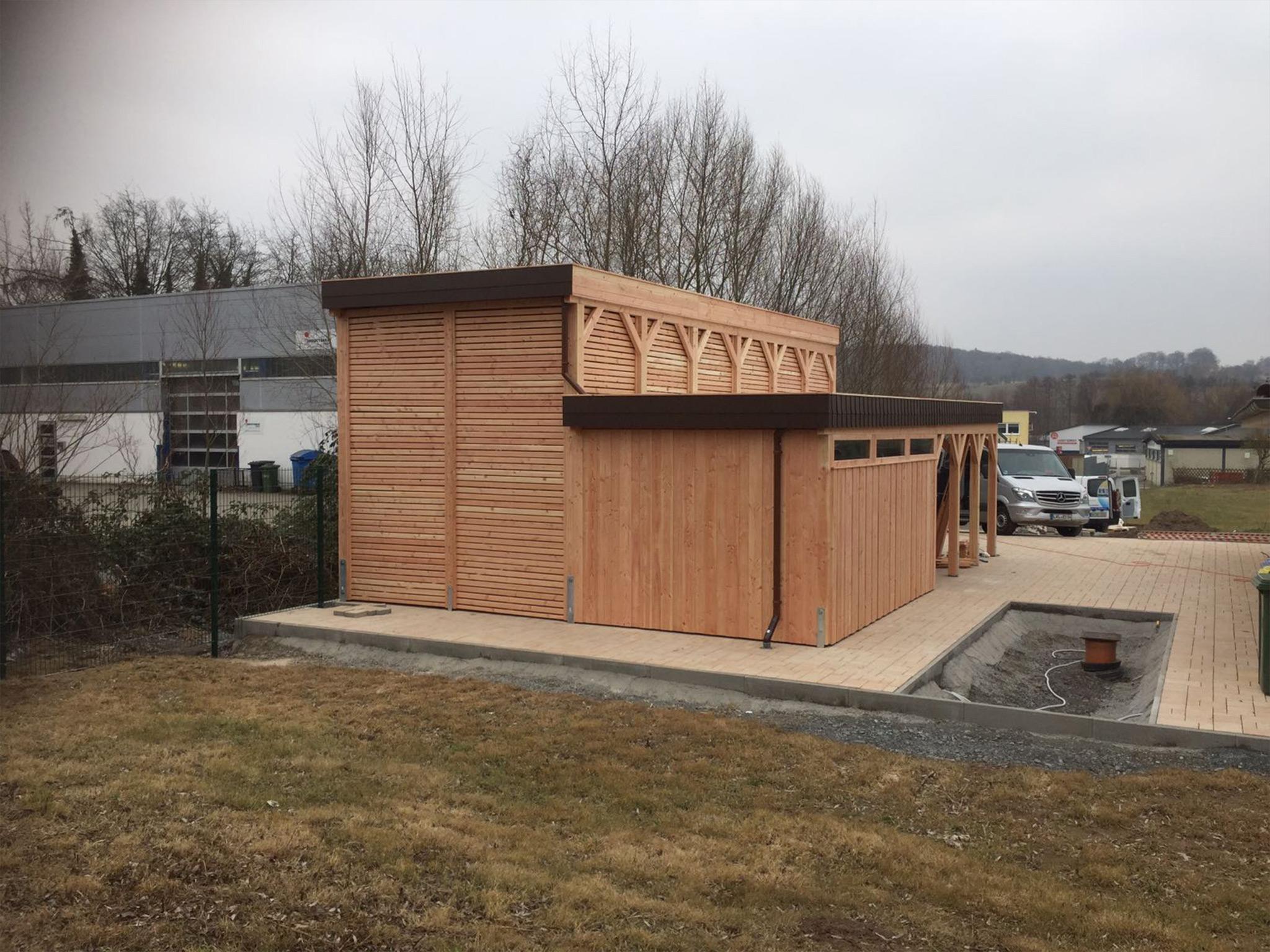 Wohnmobil mit seitl Schuppen und Wandelemente Rhombus offen