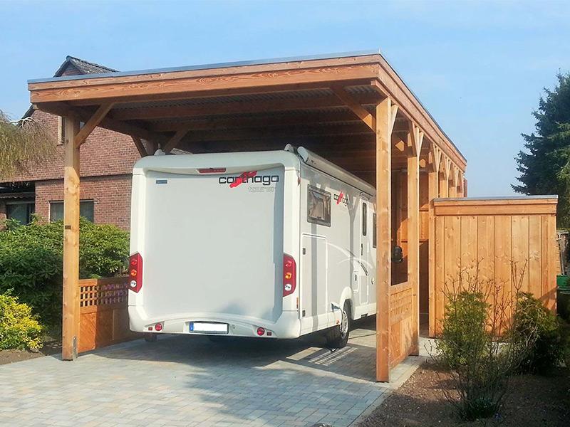 Wohnmobilcarport aus Holz mit Flachdach