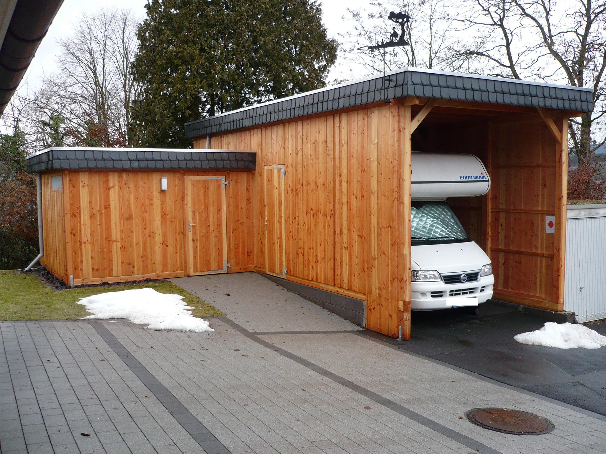 Wohnmobilcarport mit Flachdach und Schindelblende
