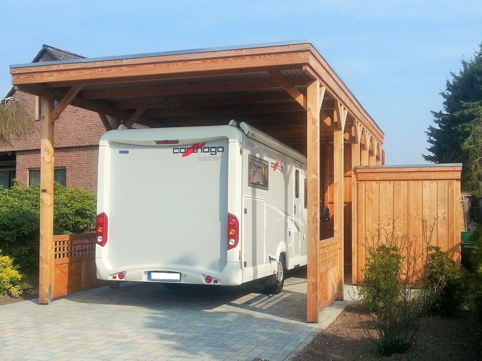 Wohnmobil-Carport aus Holz mit Holzblende und Abstellraum